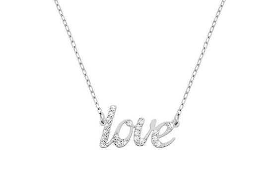 """I gioielli """"parlanti"""" sono una tendenza protagonista della stagione. Il girocollo rodiato la interpreta con la parola LOVE, in cui le lettere sono impreziosite dal pavé di Clear Crystal. La sua vestibilità disinvolta rende la creazione facile da abbinare e perfetta da regalare!"""