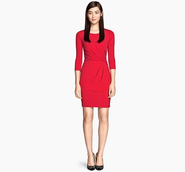 H&M abito rosso lungo al ginocchio con drappeggio sul davanti.