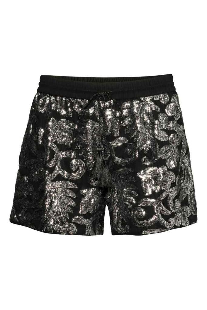 Indossa gli shorts H&M con collant supercoprenti e tacchi altissimi