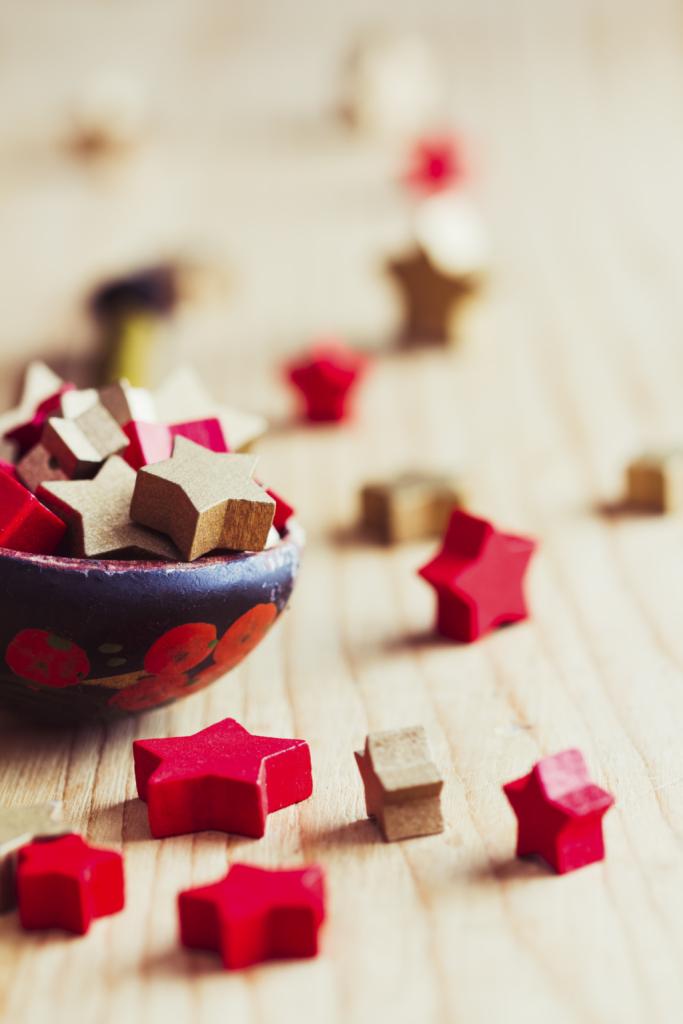 Cospargi la tavola e le mensole di casa di stelline dorate, rosse o argentate