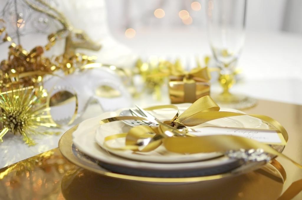 Decorare la tavola con addobbi dorati renderà tutto molto luccicante