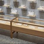 Sulle pareti dello showroom si alternano gli accessori della capsule in onore di Fornasetti