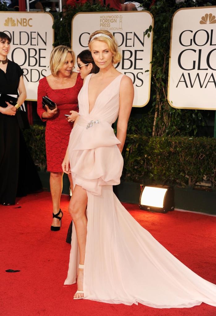 Charlize Theron sul red carpet della 69esima edizione dei Golden Globe Awards