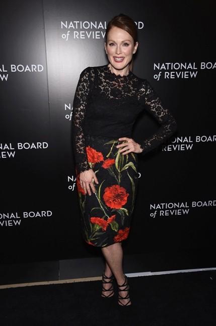 Julianne Moore sfoggia una gonna nera con fantasia floreale e corpetto in pizzo