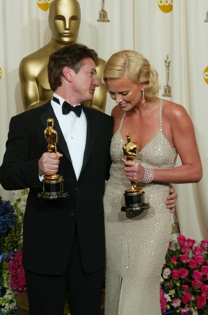 Sean Penn e Charlize Theron posano coi loro Oscar per Best Actor e Best Actress alla 76esima edizione degli Oscar
