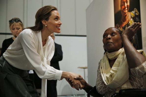 Angelina Jolie alla conferenza contro la violenza sulle donne congolesi a Londra, 2014