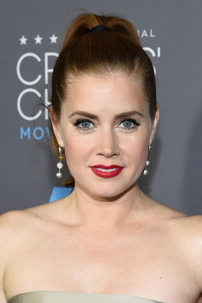 Amy Adams per il make up della bocca non disdegna rossetti accesi e shiny...