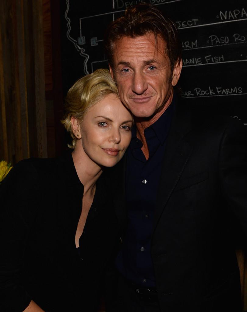 Charlize Theron e Sean Penn festeggiano Pharrell Williams e la sua nomination agli Oscar per Happy