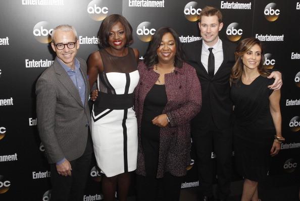 Il cast della serie con Shonda Rhimes