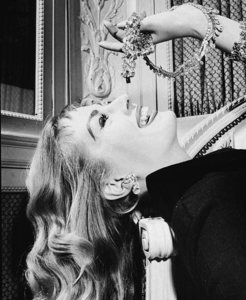 Anita Ekberg nel 1960 posa giocosa ironizzando sull'amore delle donne per i diamanti