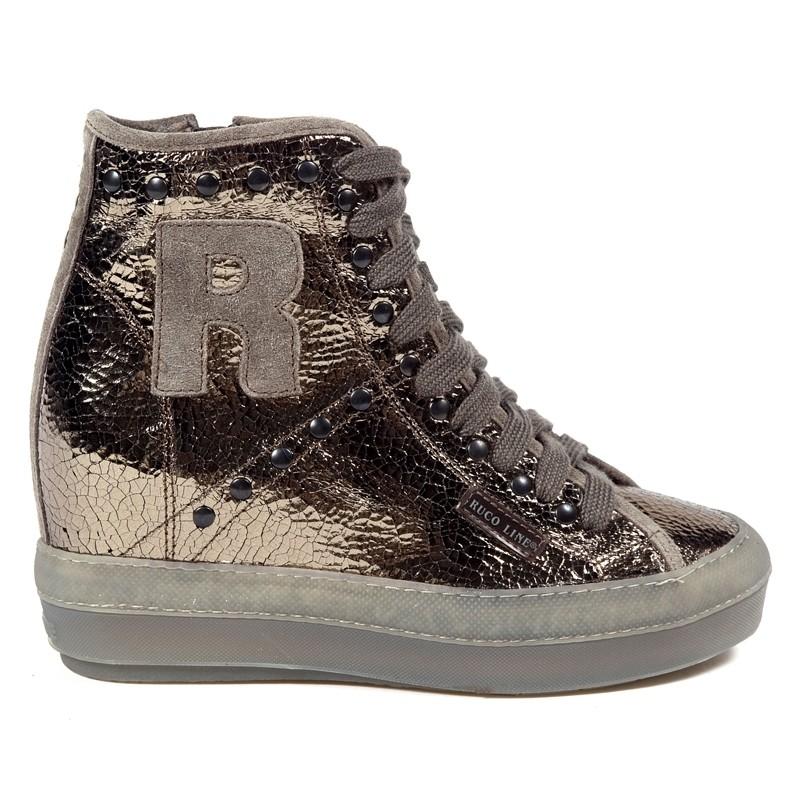 Scarpa basket in pelle laminata, riporti e R in camoscio, applicazione di rivetti, zip interna, suola a cassetta in gomma, altezza suola 9 cm.