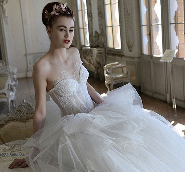 Super pizzo e linea seducente per l'abito di Atelier Aimee 2015 che gioca sulle trasparenze.