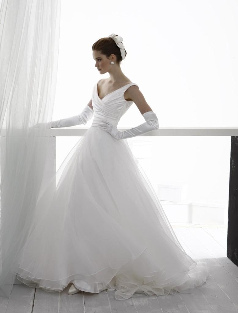 Abito sposa in tulle bianco con guanti in raso di Le Spose di Gio