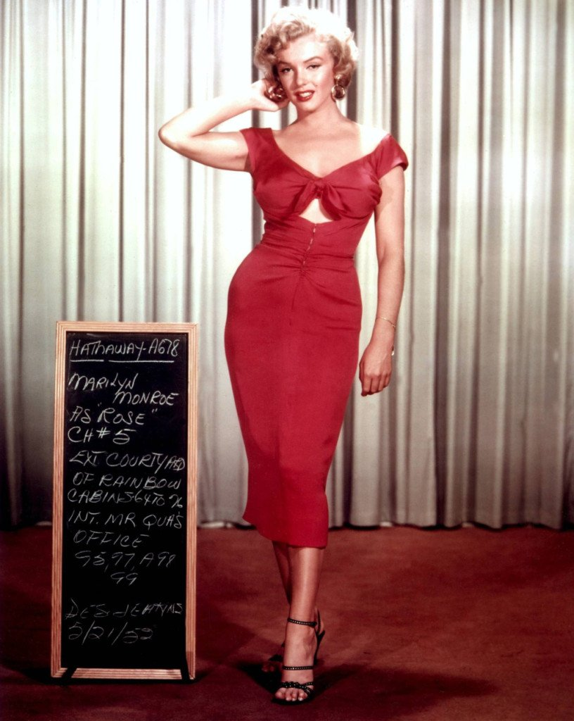 Marilyn Monroe in Niagara indossa un abito stretto e rosso