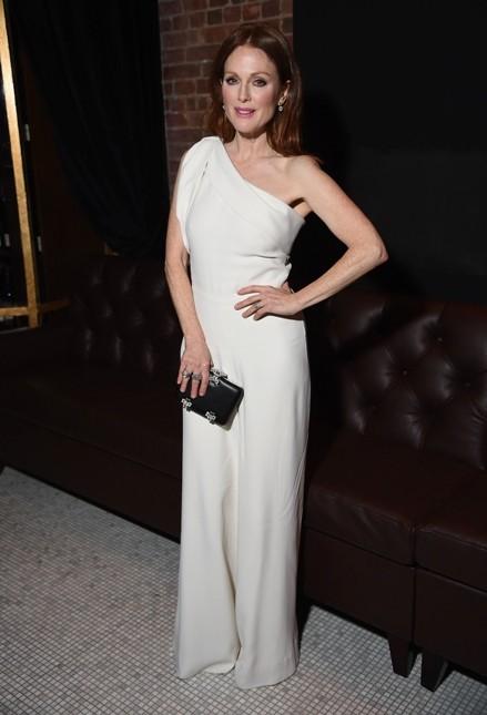 Julianne Moore sfoggia un abito lungo bianco a sirena monospalla