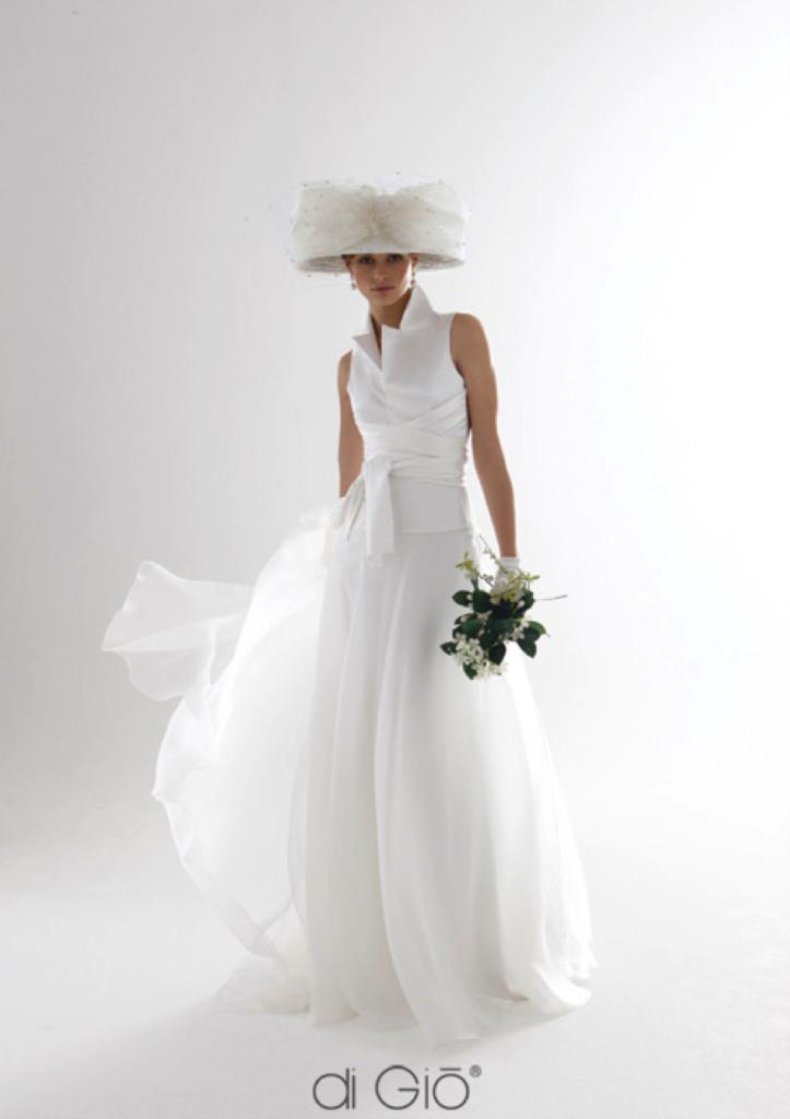 Abito leggiadro e candido di Le Spose di Giò con cappello in tulle