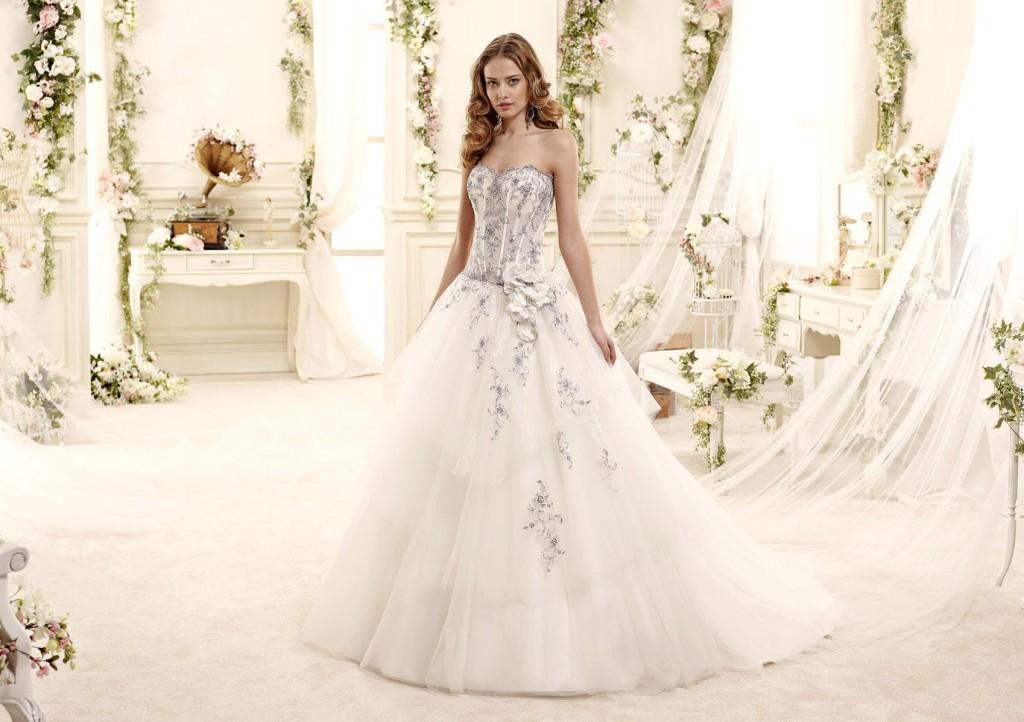 ABito linea Colet -romantico abito colore bianco con splendidi ricami e bustier trasparente con scollatura a cuore