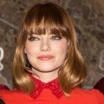 Emma Stone con lob mosso sulle punte e maxi frangia