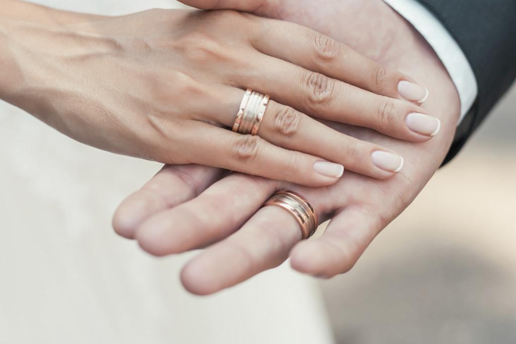 momento dello scambio delle fedi durante la celebrazione del matrimonio