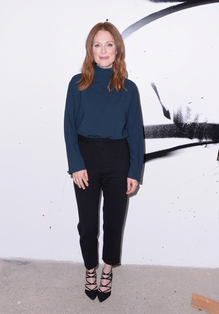 Julianne Moore sfoggia un look androgino con pantaloni e ampia maglia a collo alto