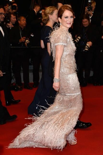 Al Festival del film di Cannes con abito a sirena color rosa con piume