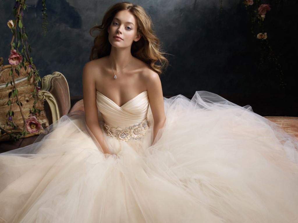 Abito da sposa con vaporosa gonna in tulle modello ballgown collezione Lazaro