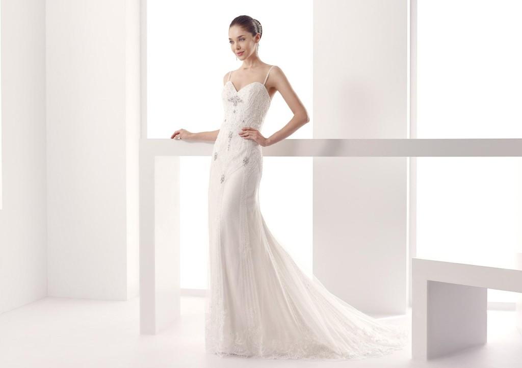 Abito Jolies modello dritto bianco con splendide decorazioni in pizzo e punti luce.