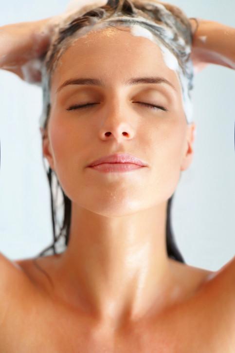 Il poo wash: lavare i capelli con bicarbonato e acqua