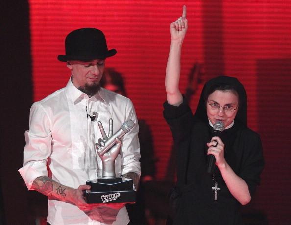J-Ax con la vincitrice dell'edizione 2014, suor Cristina