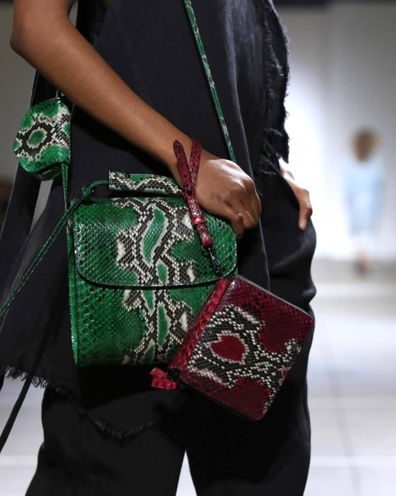 Le borse sulla passerella di Marques'Almeida sono doppie e snakeskin