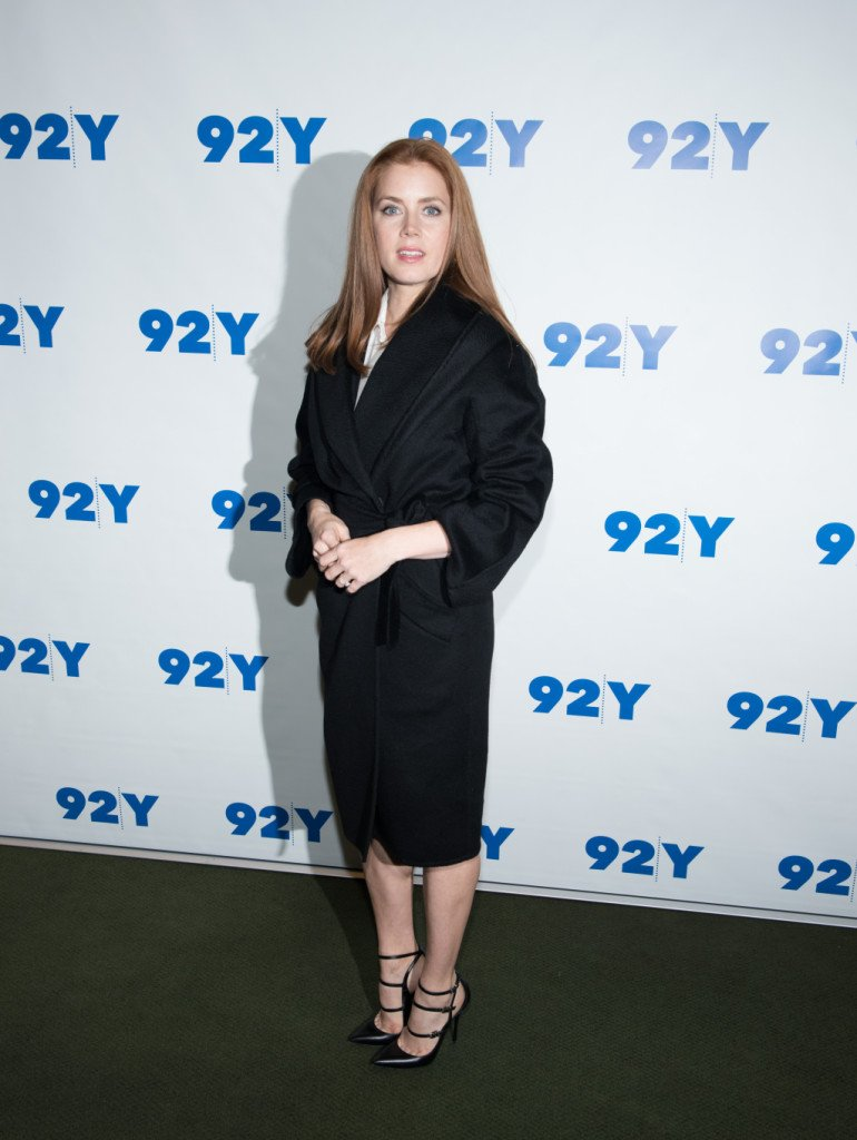 Amy Adams con maxi cappotto dal collo sciallato