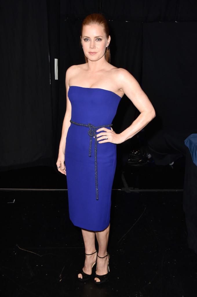 Amy Adams con un a bito corsetto blu elettrico di Gucci