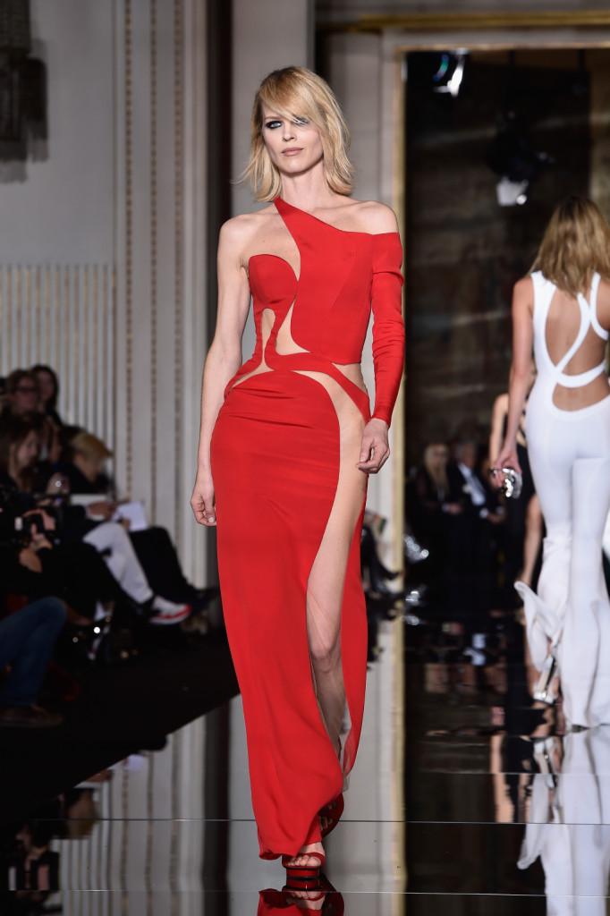 Donatella Versace ancora una volta veste una donna sexy e sicura di sè