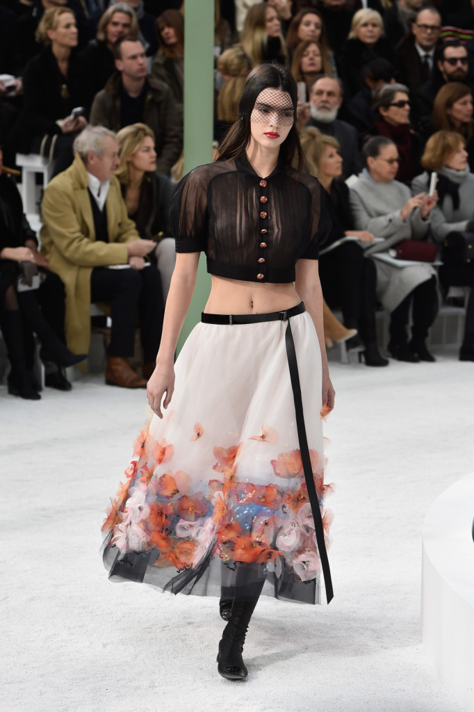 Crop top e trasparenze: Chanel stupisce con uno stile nuovo