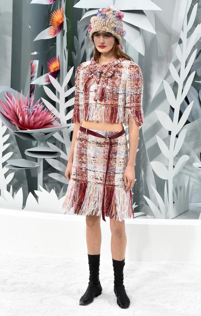 Karl Lagerfeld gioca con capi della tradizione Chanel e tendenze contemporanee
