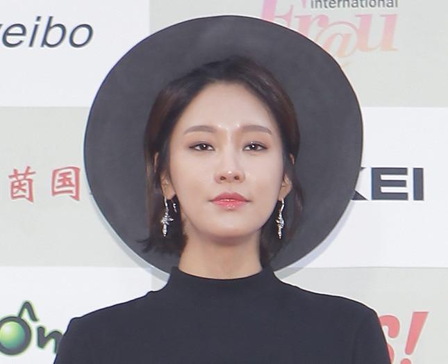 La cantante K-Pop Hwang So-Hee sfoggia un korean make up