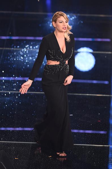 Emma in nero, secondo abito della serata