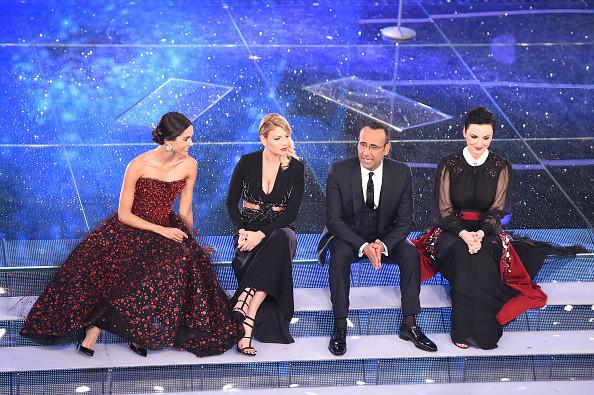 Carlo Conti con le tre donne del Festival