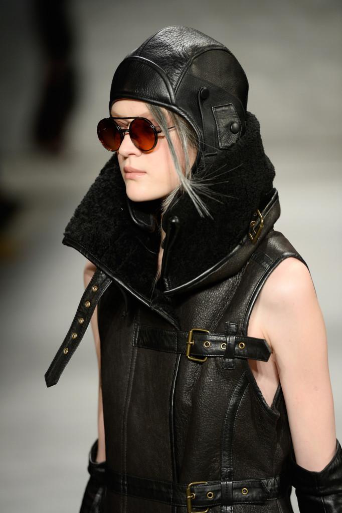 Casco in pelle, occhialoni e giacca in stile Mad Max