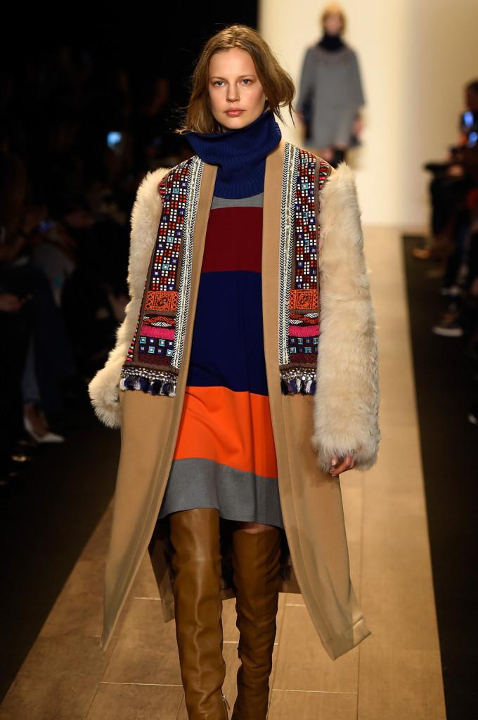 Ricami e pelliccia per il cappotto cammello, grande trend della prossima stagione
