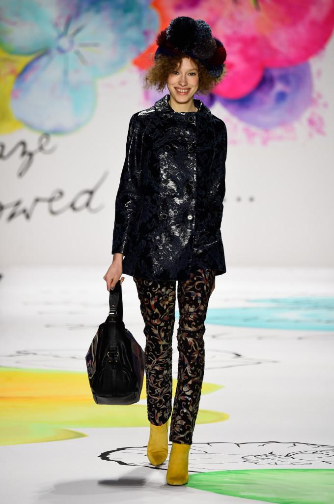 Desigual_Fw 2015/2016 Look dalle tonalità neutre del nero.  Pantalone e giacca in ecopelle