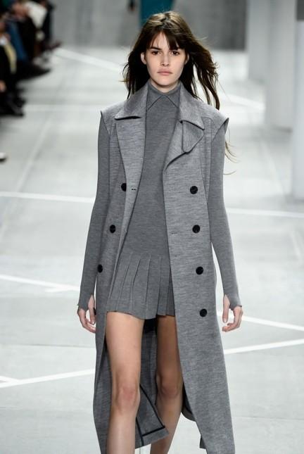 Lacoste giacca lunga grigua con abito tono su tono