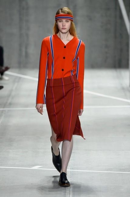 Lacoste minidress rosso con linee geometriche dritte in contrasto