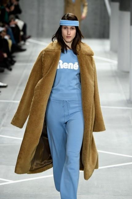 Lacoste giacca lunga color cammello con tuta celeste