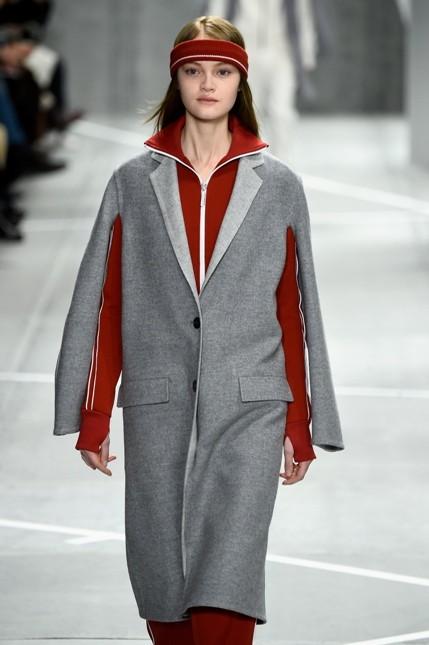 Lacoste giacca grigia e maglione bordeaux in contrasto