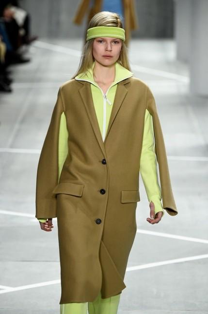 Lacoste giacca dritta beige con maglione fluo in contrasto