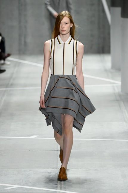 Lacoste minidress con gonna ampia grigia e corpetto bianco. Dettagli geometrici