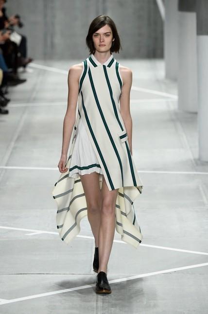 Lacoste abito bianco più lungo sul retro con linee geometriche
