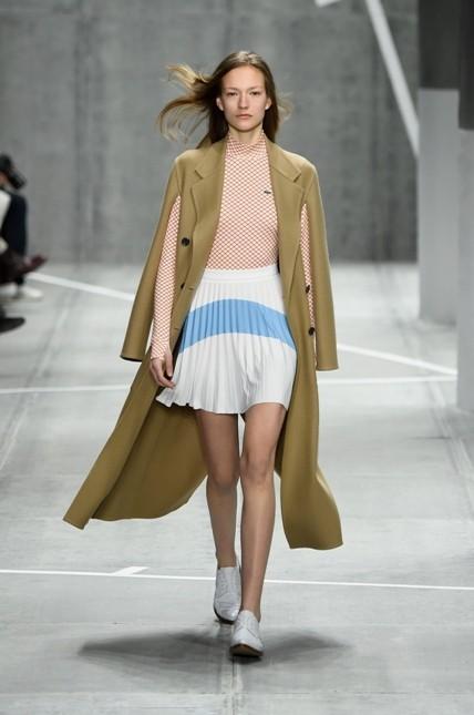 Lacoste minigonna a pieghe con golf rosa cipria e giacca