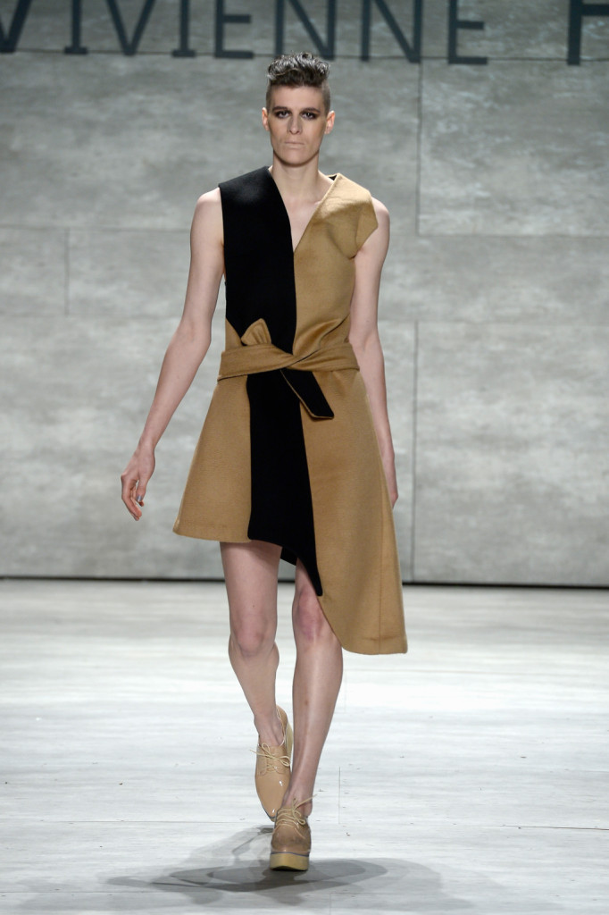 E' bicolor l'abito morbido sulla passerella Vivienne Hu